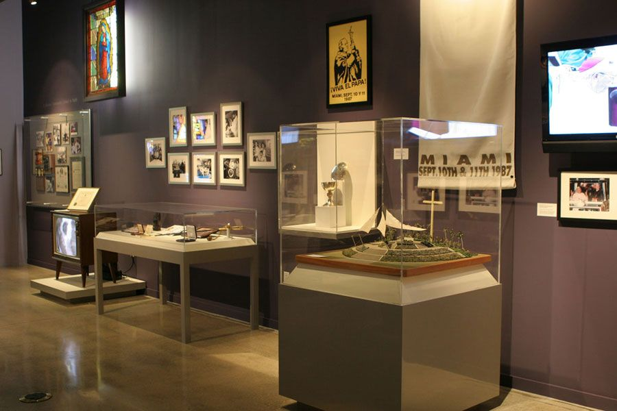 Pin by Paige Robinson on Exhibit Display case, Design