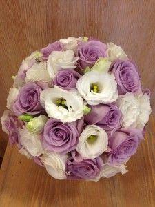 Bouquet Sposa Lisianthus E Rose.Bouquet Con Rose Viola E Lisianthus Bianco Bouquet Di Nozze