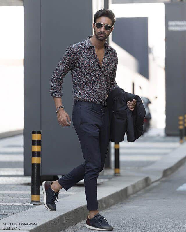Sportlich elegantes Casual Männer Outfit. Gemusteres Hemd