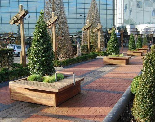 jardinera de metal y madera con banco integrado para