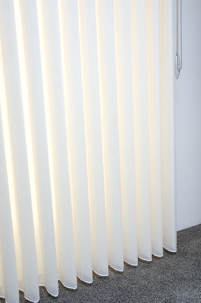 combilamellen combinatie van verticale lamellen met gordijnen zo heeft u tijdens de dag vlot