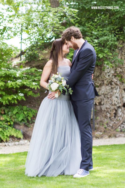 Hochzeit auf dem Weingut von Winning, Deidesheim mit blaugrauem Hochzeitskleid und Brautstrauß mit Sukkulenten
