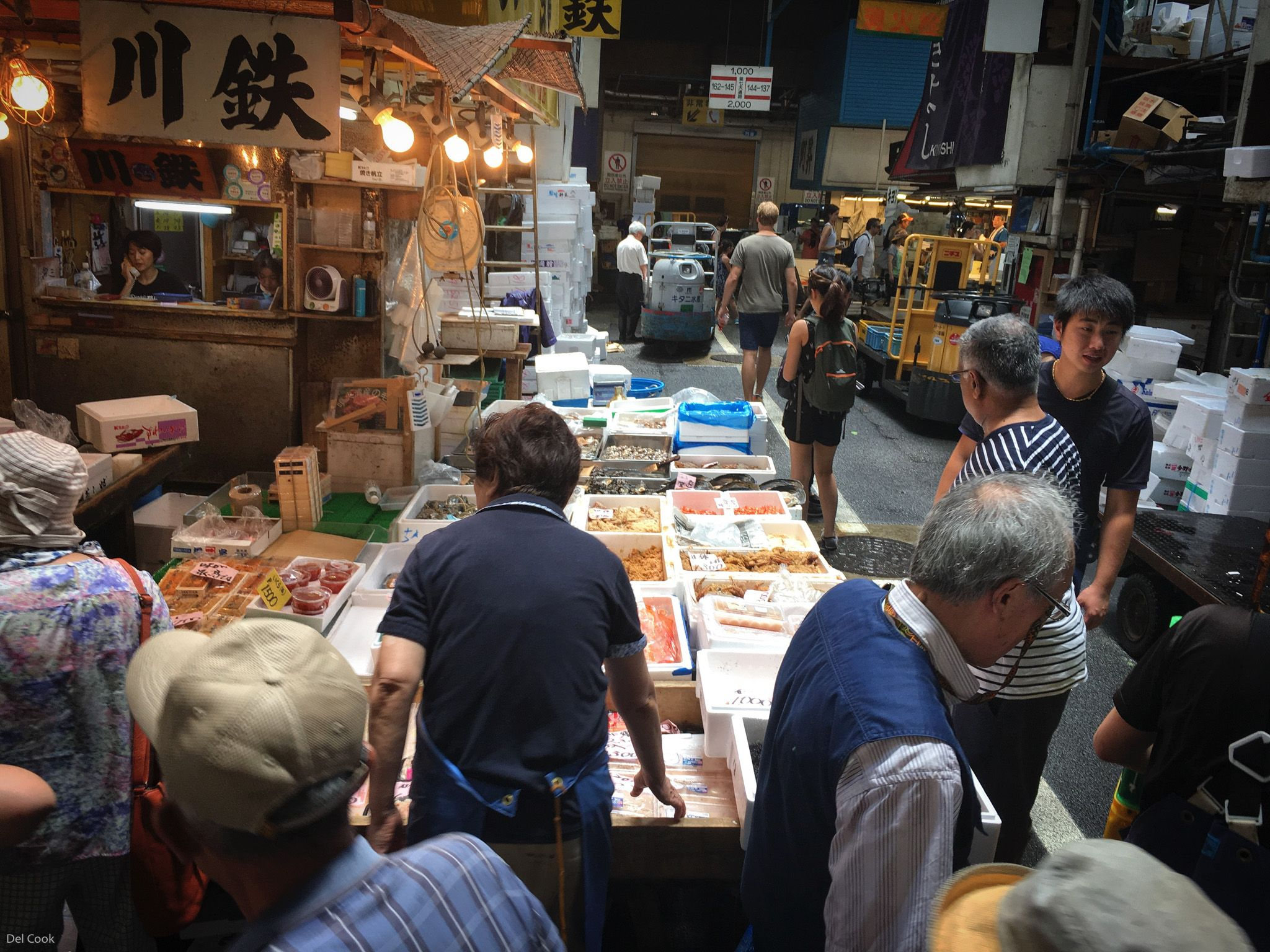 Tokyo tsukiji fish market is really popular with tourists for Tokyo fish market