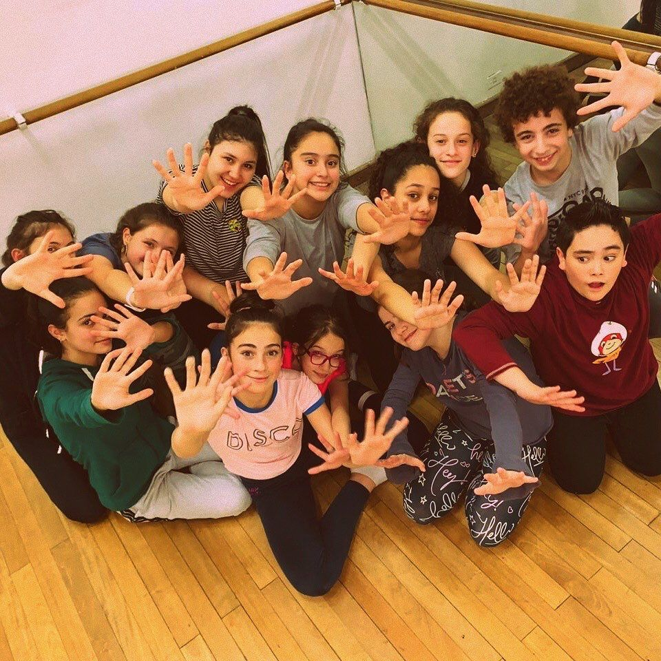 Con esta cara de felicidad les anunciamos que el estreno de nuestra próxima obra es el Martes 03 de Diciembre en el Teatro Border. @teatroborder . . Muuuy pronto les vamos a dar a conocer el nombre y logo de la obra!!! . . Única función de este año!!!. Te la vas a perder?? 🤪 . Reservas por mensaje privado!!!. . . . #danza #dance #amor #bailar #yoamobailar #ilovetodance #ilovedance #arte #art #comediamusical #teatro #music #musica #theater #musicalcomedy #adolescentes #adolescente #adoleser #juv