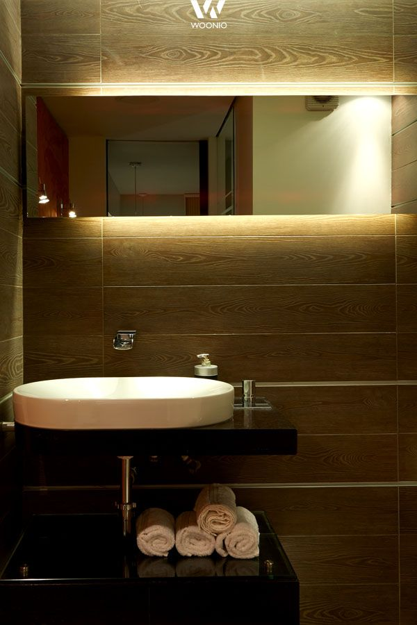 indirekte beleuchtung hinter dem spiegel im badezimmer,