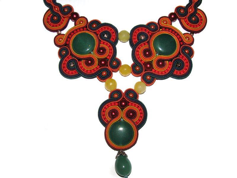 Billede fra http://fc02.deviantart.net/fs71/f/2013/341/f/3/necklace_soutache_aventurine_2_by_gosiabizu-d6x1pdn.jpg.