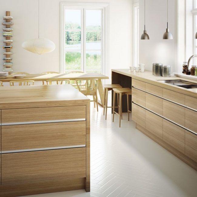 Sockelblende Küche Fronten Holz Hell Weisser Bodenbelag Fischgrätmuster