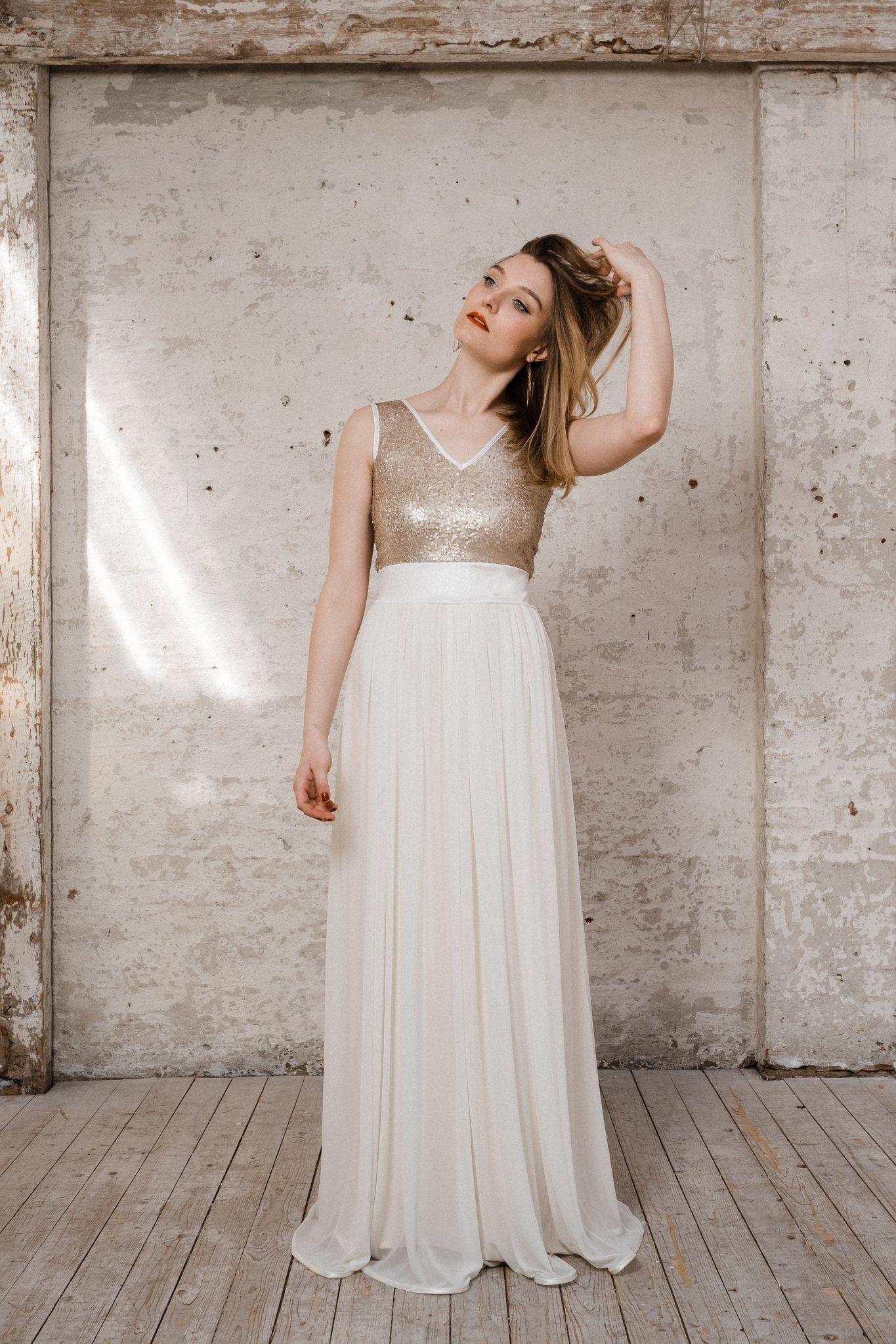 Dieses cremefarbene, bodenlange Boho-Brautkleid hat einen Rock aus