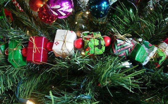 15 Christmas Garland Ideas To Make Christmas Tree Garland Hanging Christmas Tree Christmas Tree Wallpaper