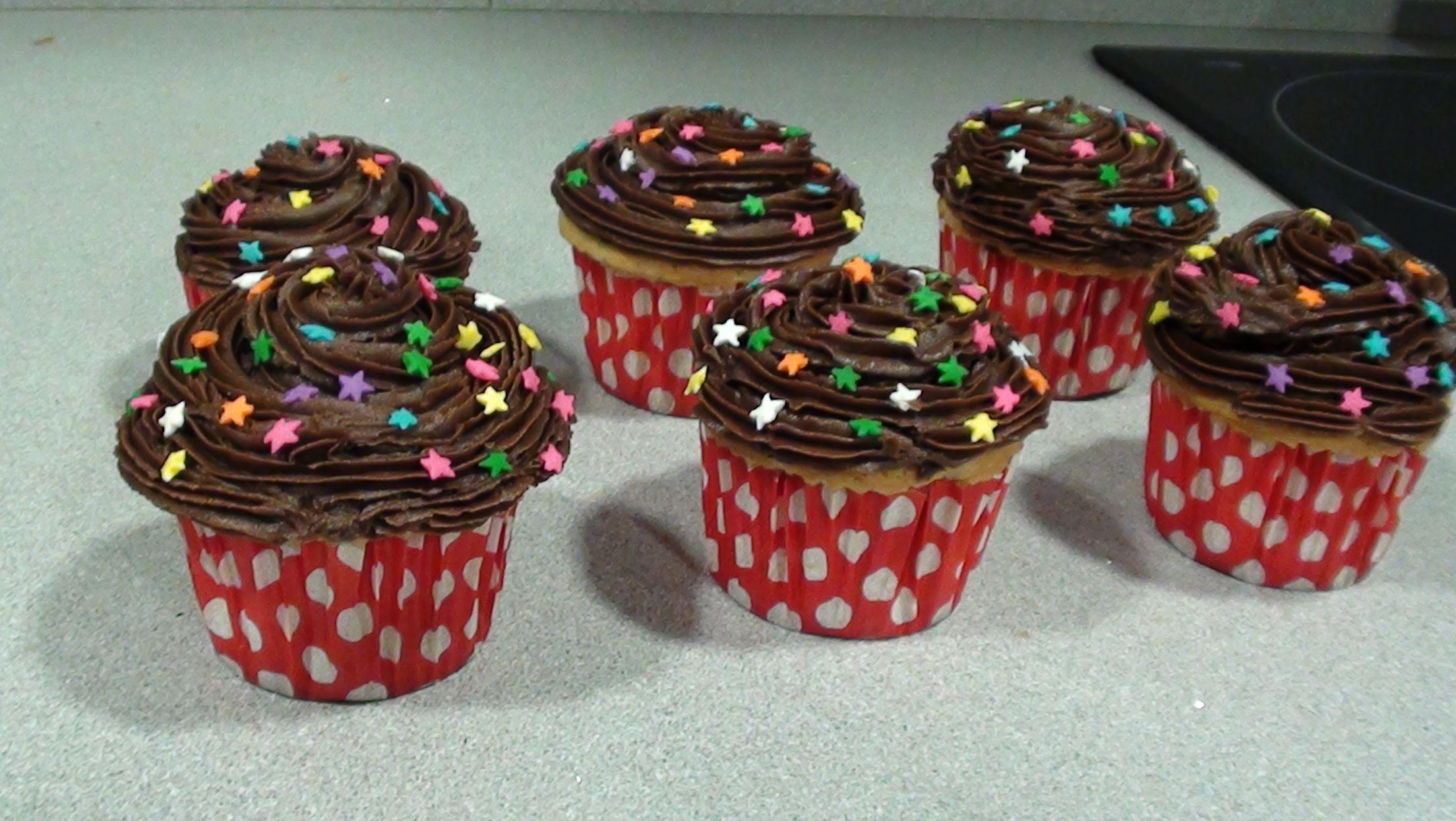 Mis cupcakes de vainilla con cobertura de cacao y rellenas de nutella!! riquisimas!!
