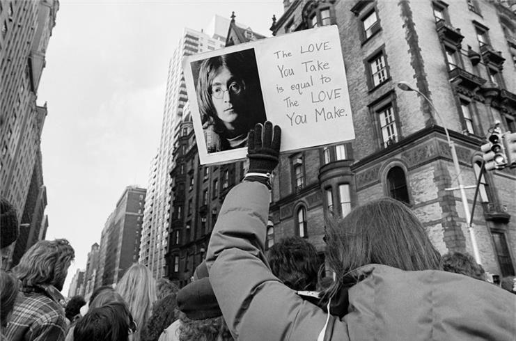 John Lennon Vigil, NYC 1980 © Lynn Goldsmith