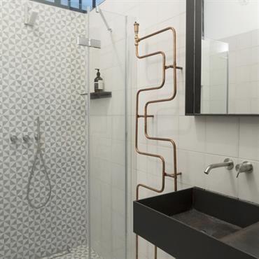 Douche italienne et radiateur sèche serviettes original dans la