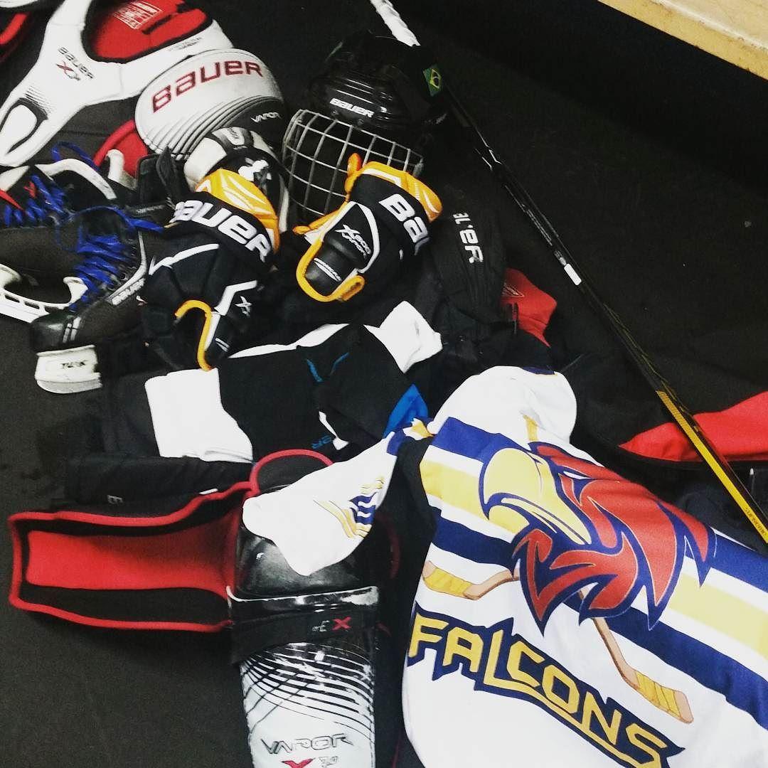 Patins taco roupa térmica capacete joelheira meia outra meia luvas cotoveleiras peitoral fraldão camisa... Arrumar isso tudo pós treino é o único momento do hockey que te deixa triste