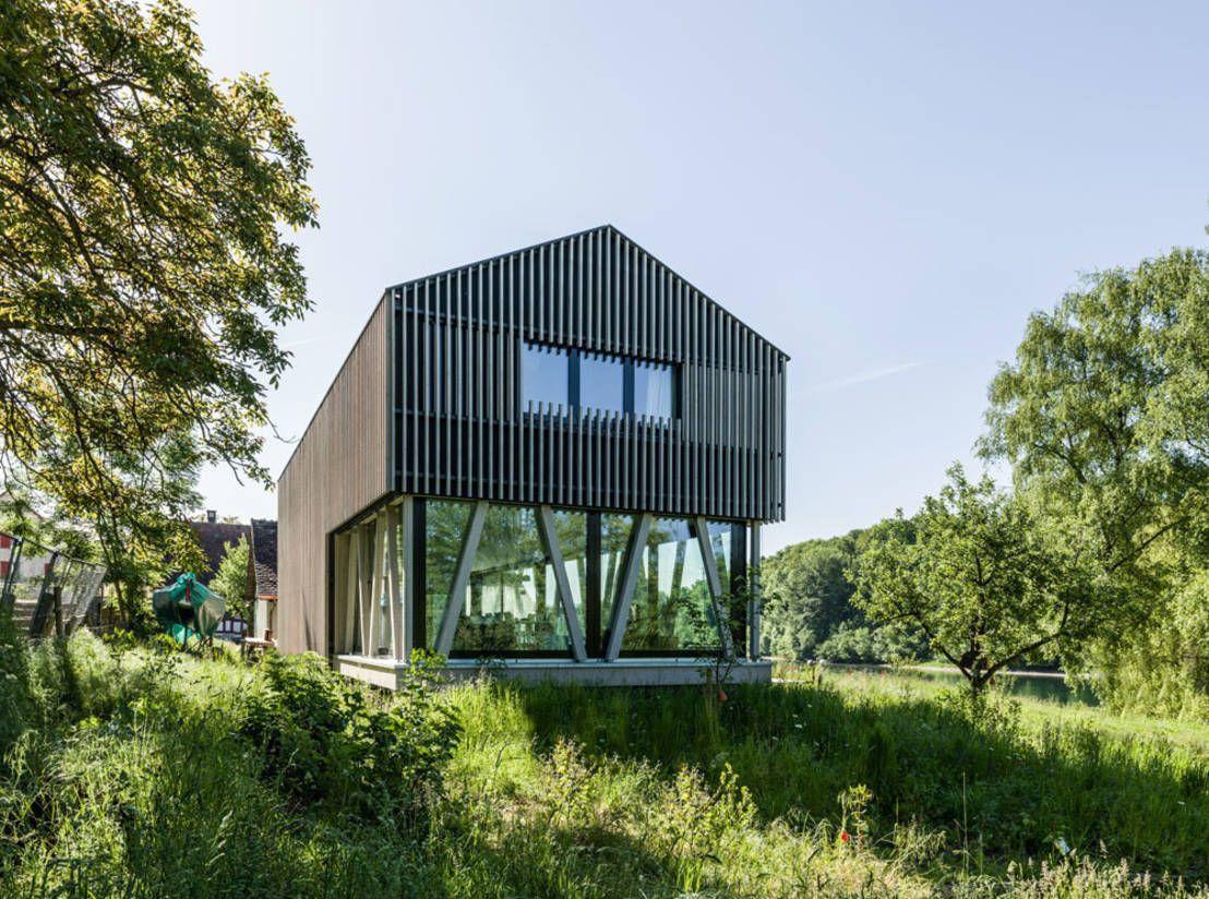 Modernes holzhaus  Modernes Holzhaus im Grünen | modernes Holzhaus, Holzhäuschen und ...