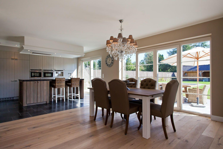 Landelijk interieur met parket en een eiken keukenblok for Landelijk interieur