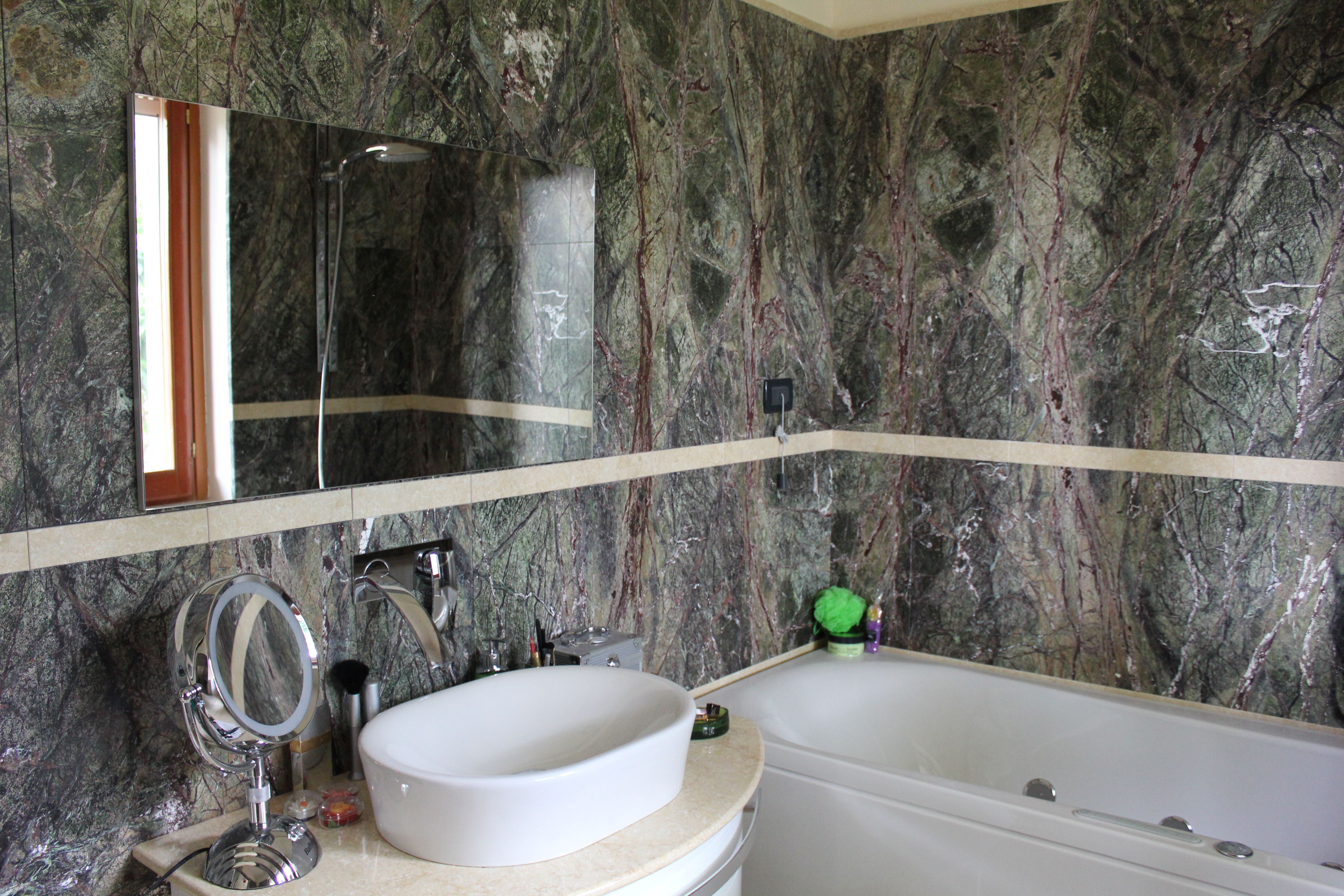 Rivestimento pareti bagno in green forest con greca in - Bagno con greca ...