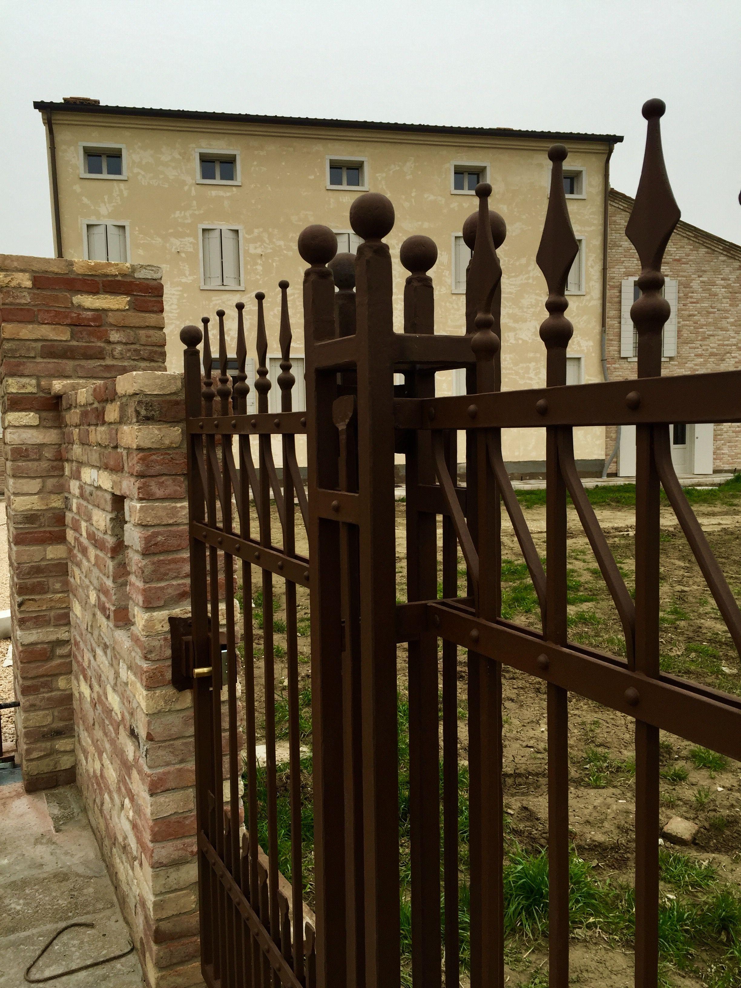 Cancello pedonale e recinzione in ferro battuto spigolato for Lance per cancelli in ferro