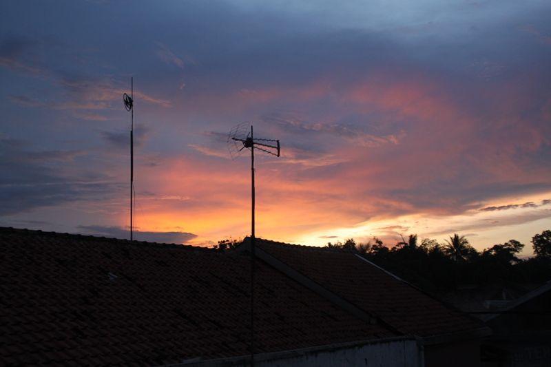 Senja Menjadi Indah Ketika Kita Sadar Betapa Perpaduan Cahaya Matahari Terbenam Yang Terbiaskan Di Awan Bersatu Matahari Terbenam Awan Pedesaan