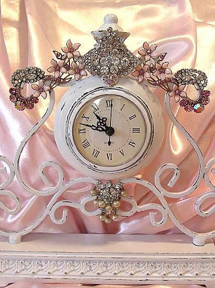 Love this ....so going to do this with some old jewelry !!