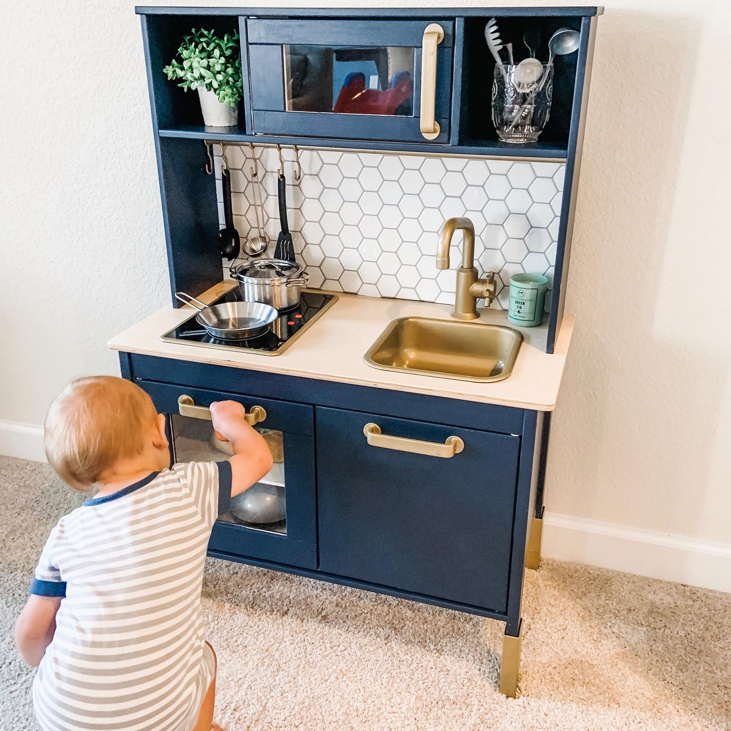adorable is this play kitchen!? My one year old son has