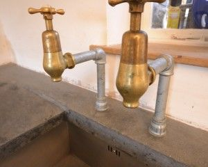 aconcrete worktop undermounted sink brass bib taps reclaimed   Bei ...