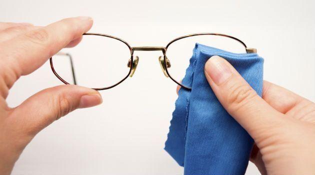 Passe isto nas lentes dos óculos e elimine todos os riscos na hora ... bffbe49c85