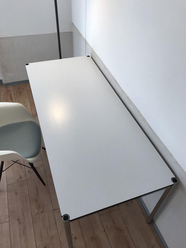 Wir bieten hier unseren sehr gut erhaltenen USM Haller Schreibtisch ...
