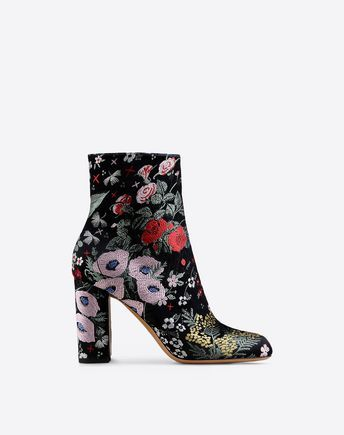 Stai cercando Stivaletto Valentino Garavani? Trova tutti I dettagli nell'Online Boutique e acquista ora le tue icone di stile.