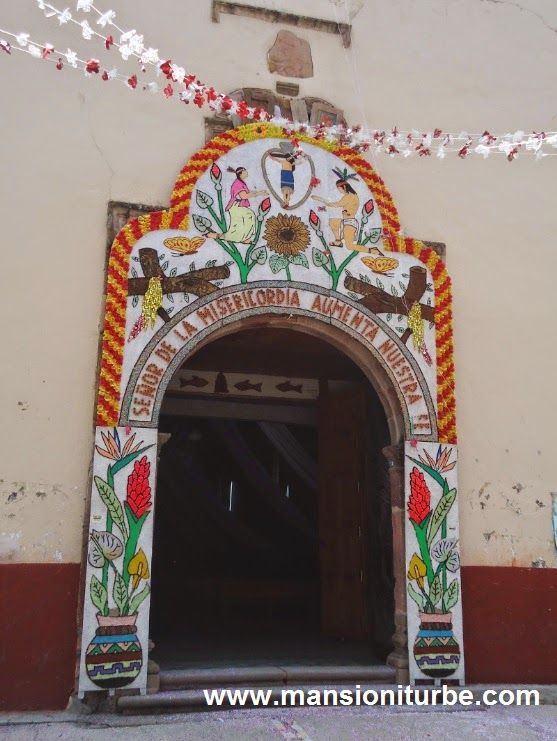 Entrada al templo de Jaracuaro en la Ribera del Lago de Pátzcuaro