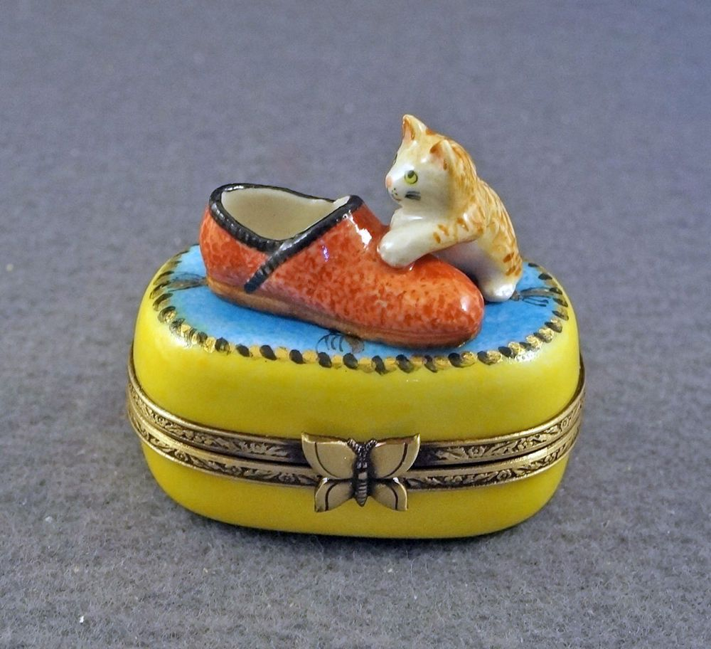 NEW FRENCH LIMOGES BOX CUTE KITTY CAT KITTEN WITH SLIPPER ON BLUE RUG W/ TASSELS #LIMOGESHINGEDBOX