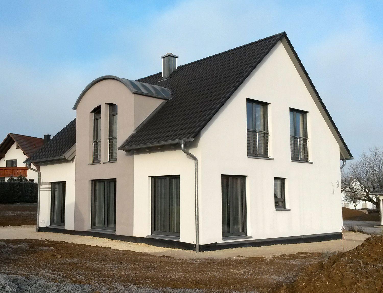 einfamilienhaus holzhaus satteldach gaube mit tonnendach franz sicher balkon efficiento. Black Bedroom Furniture Sets. Home Design Ideas