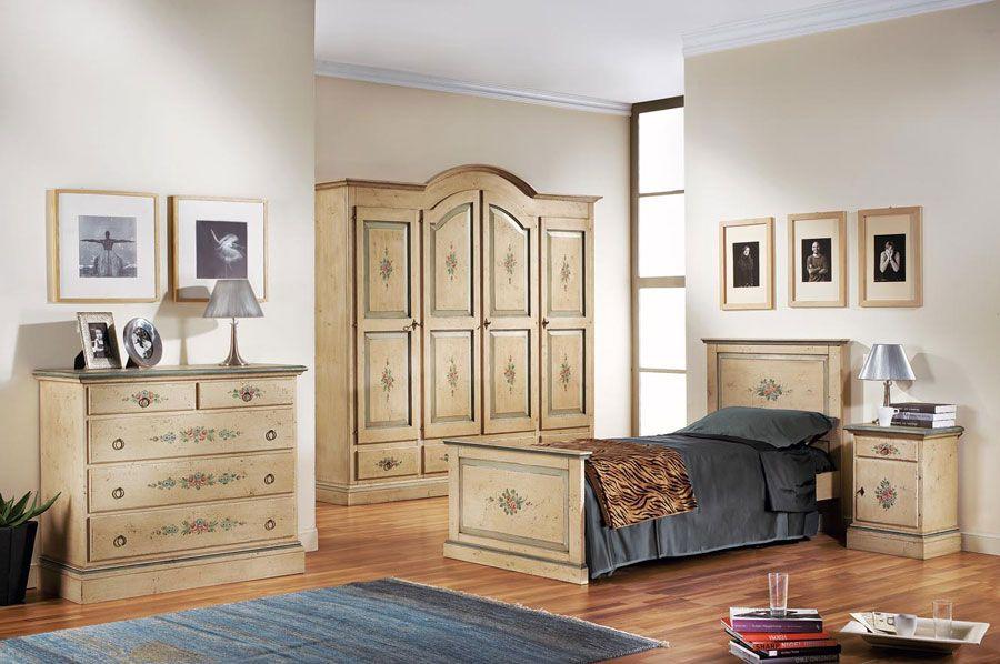 Esta es el dormitorio por los invitados con un mobilario, una cama en el centro. En la pared sobre esta hay algunos cuadros, a lado de la cama hay una mesilla de noche, la lampara esta sobra de esta. delante de la cama hay una alfobra azul. En esta habitacion se puede dormir y descansarse y  también leer un libro durante el día.