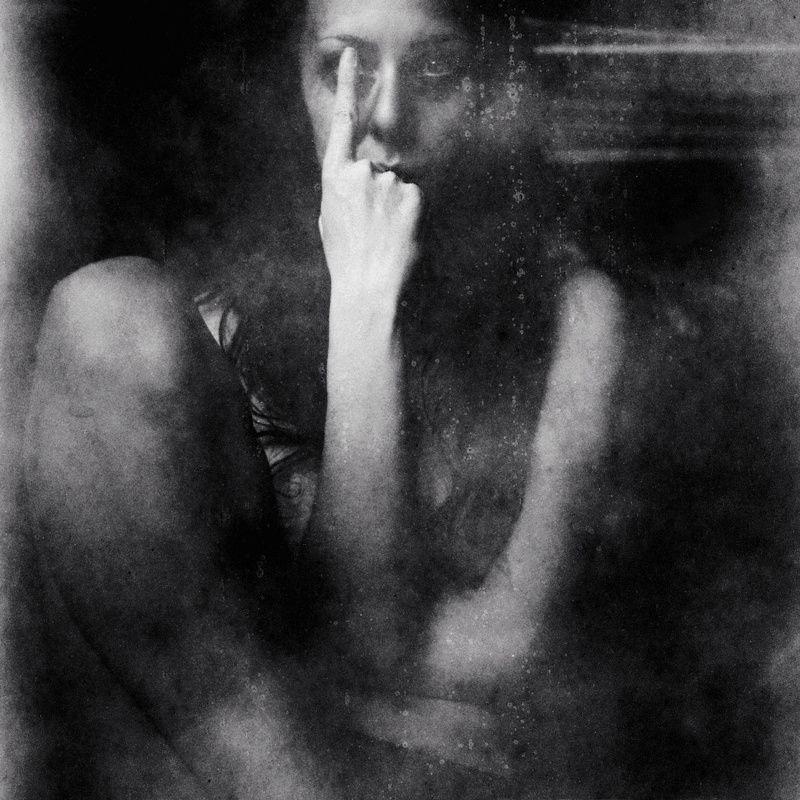 Blind side est une création de tia danko catégorie gens autoportrait selfie poésie visuelle photographie moyen format flexaret vi orwo 6x6 expired