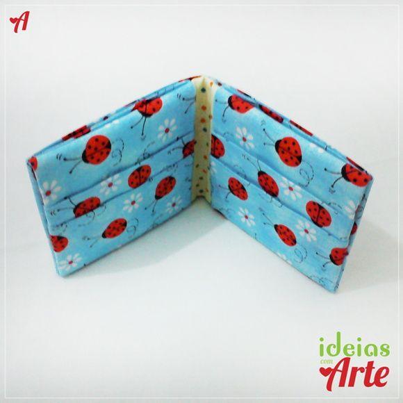 Dimensões 9 x 9,5 cm (fechada) / 19,5 x 9 cm (aberta)    Carteira feita em tecido impermeabilizado, sem cortes e costuras, utilizando a técnica de dobradura orinuno (ORI = dobrar e NUNO = tecido).  Forrada internamente.  Possui 7 compartimentos: para cartões, documentos e notas.    Cuidados com a peça: Para limpar passe uma escovinha macia umedecida, sem encharcar a peça.    *Pode ser encomendado em outras estampas.