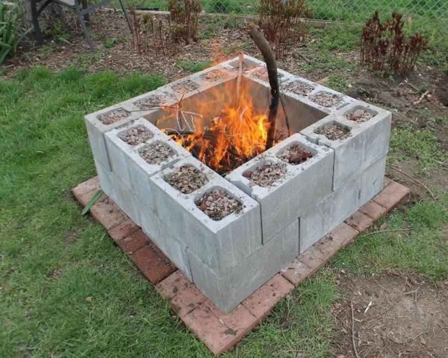 cette femme peut tout construire avec quelques blocs de parpaing parpaing barbecue et diy. Black Bedroom Furniture Sets. Home Design Ideas