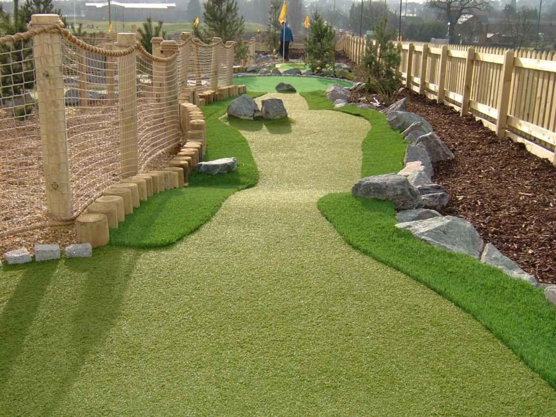 Interesting Use Of Rough Backyard Putting Green Miniature Golf Course Golf Courses Mini backyard golf course