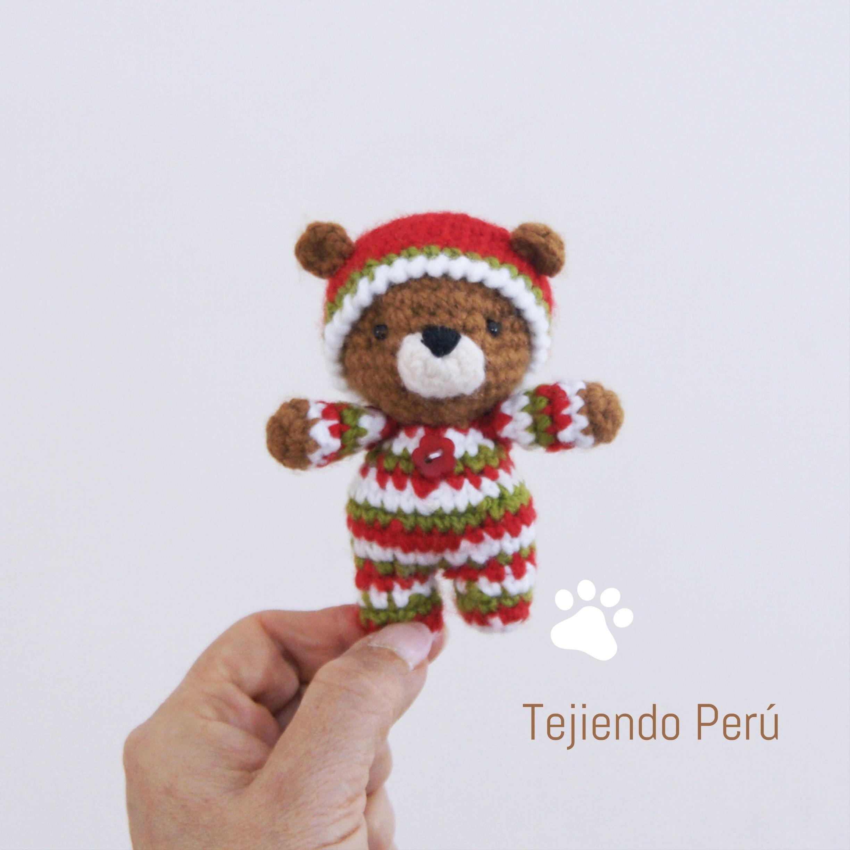 Oso bebé en pijamas esperando Navidad! Está tejido a crochet ...