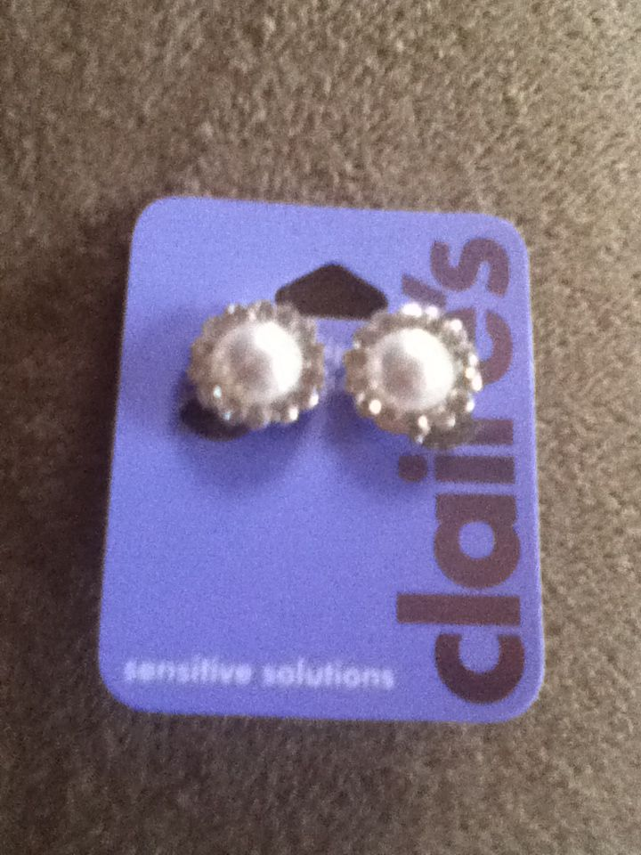 So basically my sister (Miriam) is a sweetheart and bought me three pairs of earrings! This is one of them :)
