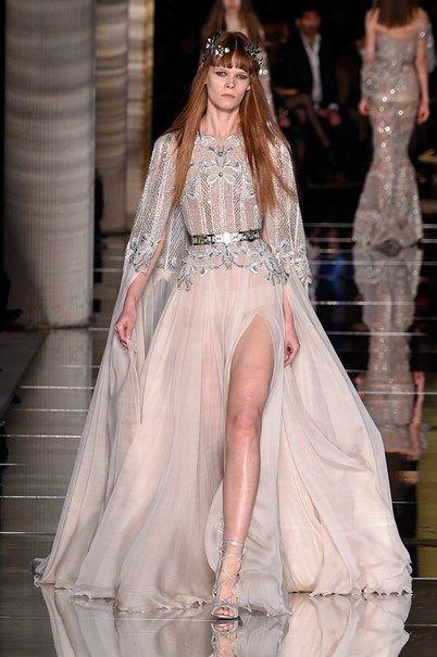 Rendas e bordados, saias armadas e vestidos de princesa em delicadas e doces tonalidades pastel. Um conto de fadas dos tempos modernos, contado por Zuhair Murad.