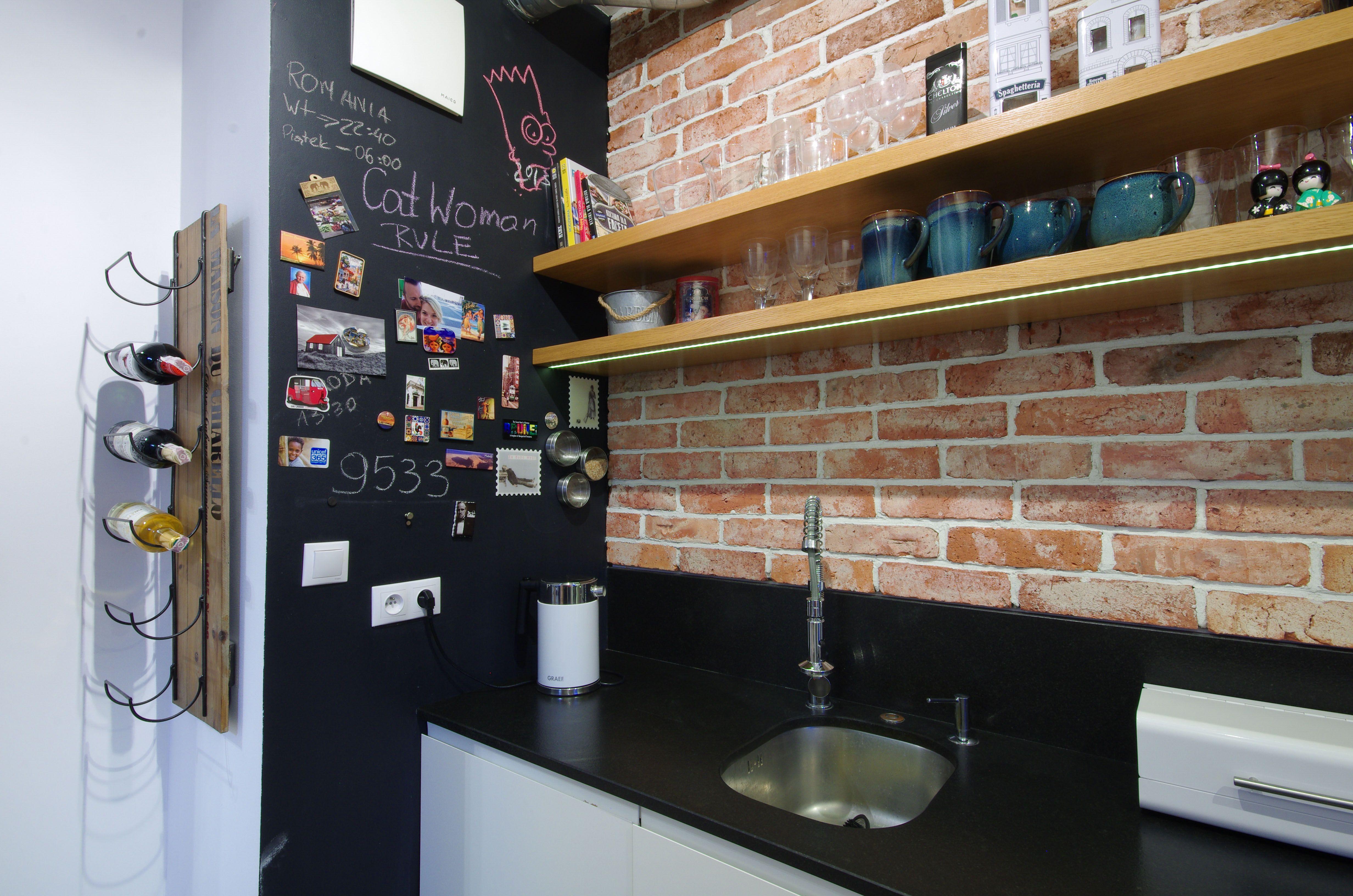 Kuchnia Soft Loft Praktyczna Sciana Pomalowana Farba Magnetyczna I Tablicowa Nadaje Wnetrzu Indywidualny Charakter Home Decor Liquor Cabinet Decor