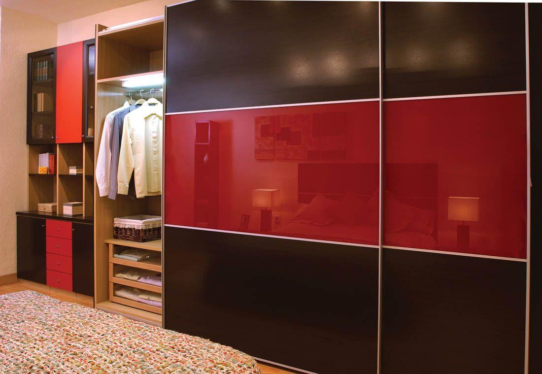 Armario de puertas correderas en wengu y rojo con un for Armario puertas correderas wengue