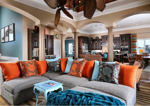 Superbe salon avec des accents marron, bleu et orange ...