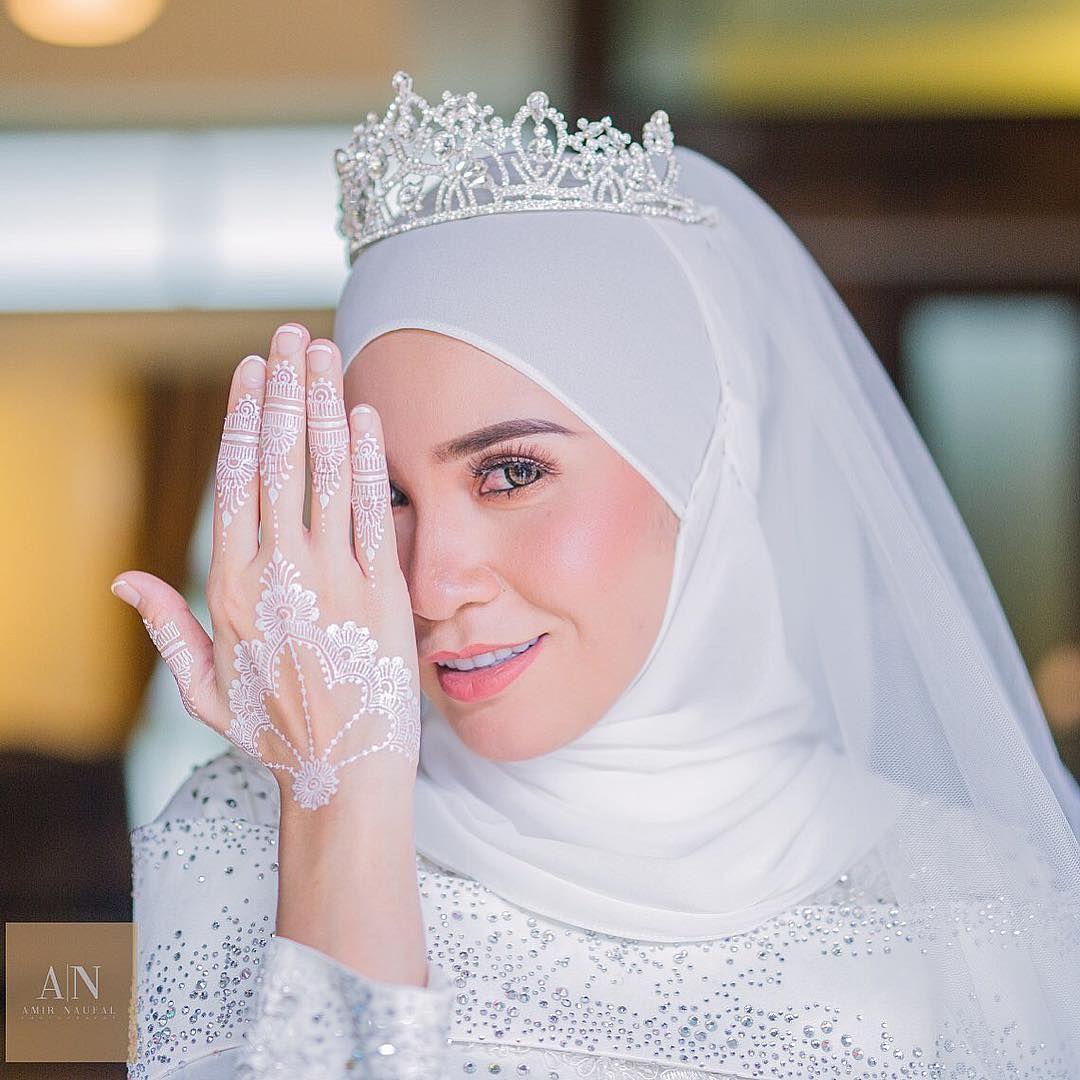 White Wedding Dress With Henna: Lawa White Henna @meera_hennaart ️ ️ ️ . . Solemnization
