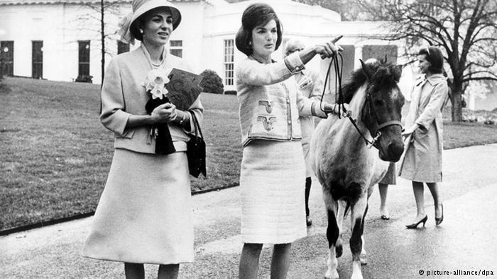 توضیح عکس: سفر یک هفتهای محمد رضا پهلوی و فرح دیبا به آمریکا. ژاکلین کندی، همسر جان اف کندی، رئیسجمهور وقت آمریکا به همراه فرح دیبا در پارک کاخ سفید.