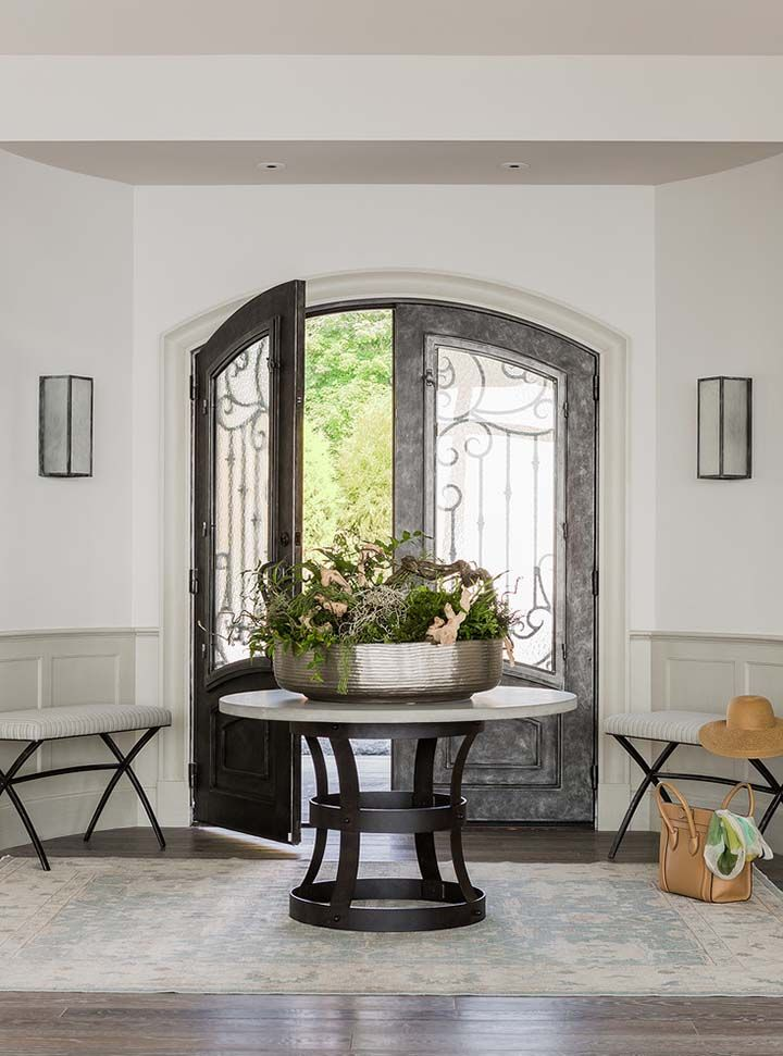 Gentil Spacious Entrance With Chairs, Table And Flowers Decoration