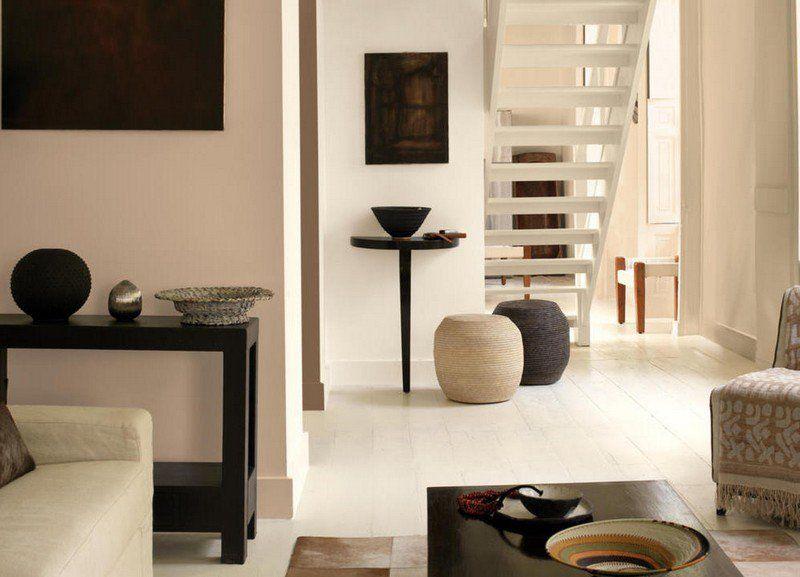 peinture murale couleur sable pour le salon moderne avec table basse et canap droit