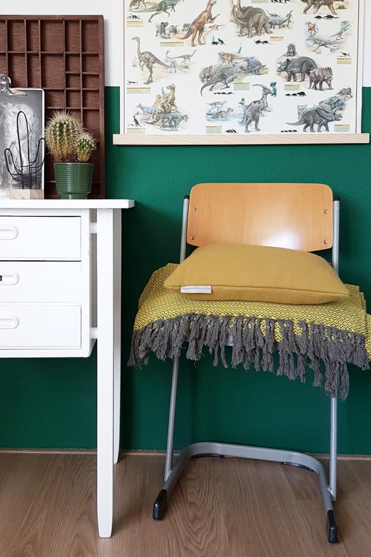 Mooie combinatie van geel en groen. De sprei op de stoel is van ... ec39849775d