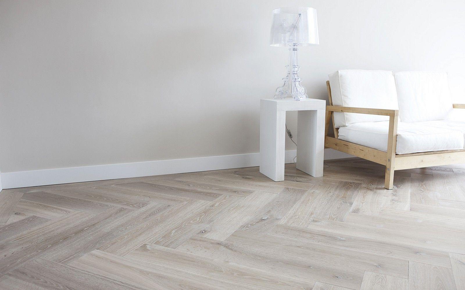 Visgraat vloer van eiken houten delen welke behandeld is met een