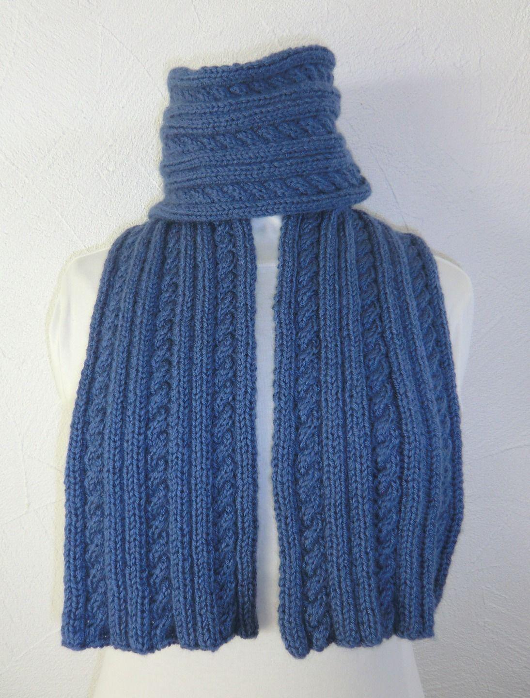 5771bc7f231 Écharpe et bonnet Homme ou Femme En laine Point fantaisie et torsades  Coloris bleu Tricoté main