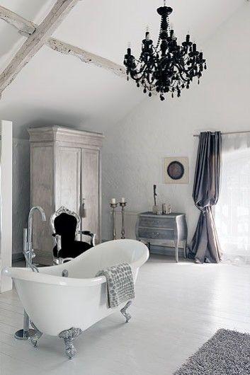 Eklektyczna łazienkabarokowy Fotelczarny żyrandolbarokowy